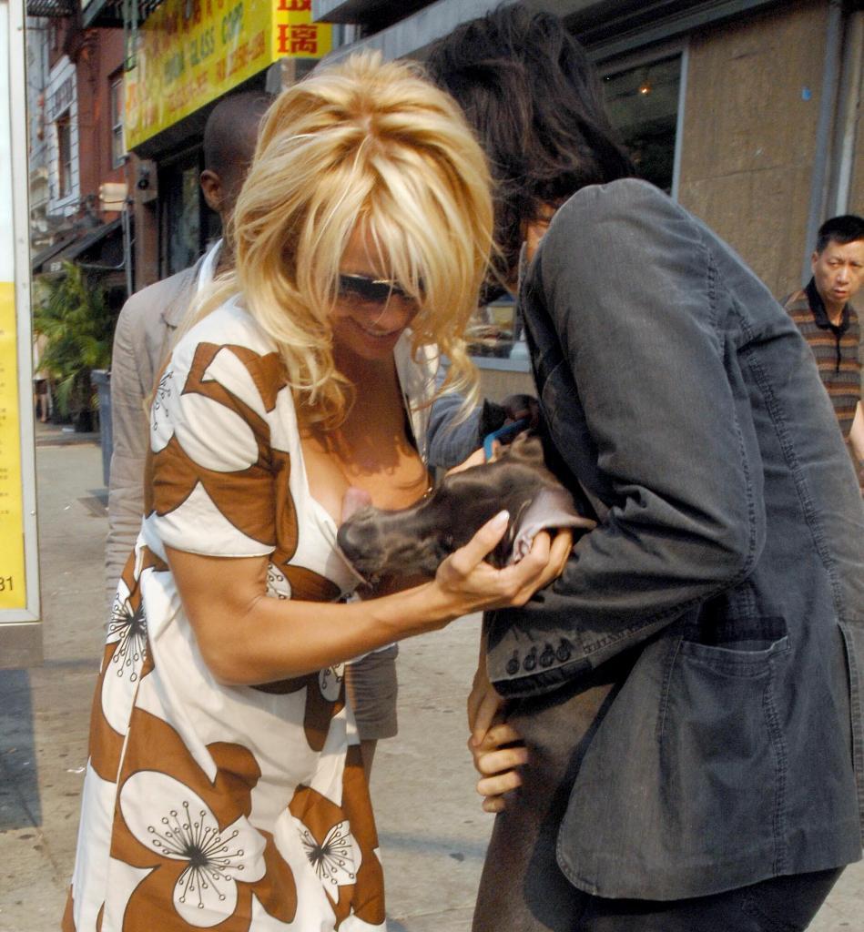 Фото девочки трогают сиськи 5 фотография